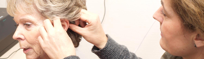 Kvinde får påsat nyt høreapparat af Rikke fra Hørerøret - Møns høreklinik